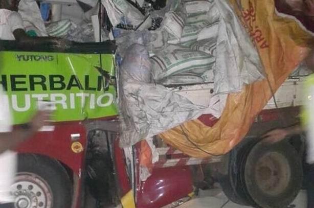 حافلة كوتوكو تتعرض لحادث مروع بعد اصطدام مع سيارة نقل