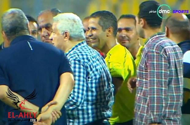 في لقطة غريبة .. مرتضي منصور يكسر حصار لاعبيه للحكم ويرافقه خارج الملعب