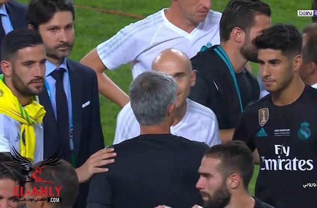 مورينيو يصافح لاعبي الريال أثناء التتويج .. ويختص رونالدو بتهنئة حارة