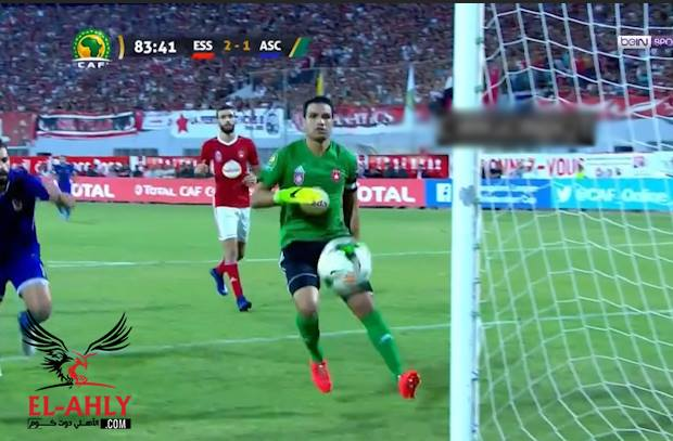 شاهد مدافع النجم الساحلي كاد أن يسجل التعادل للأهلي في مرماه