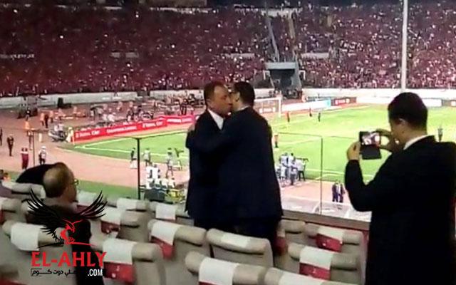 عناق بين طاهر والخطيب في ملعب محمد الخامس