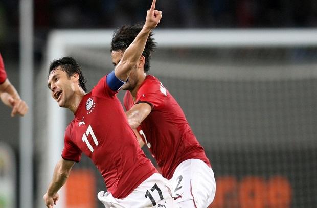 """أحمد حسن يطمئن على لقب """"عميد لاعبي العالم"""" بعد إعتزال بوفون دولياً"""