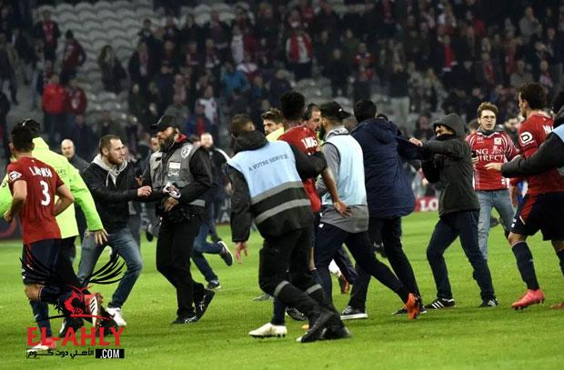 شاهد جمهور ليل يعتدي على لاعبي الفريق بعد الإقتراب من الهبوط