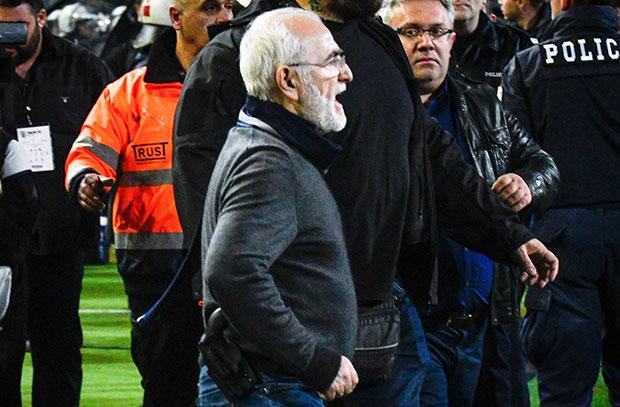 """إيقاف نشاط الكرة في اليونان بعد اعتراض رئيس باوك """"المسلح"""""""