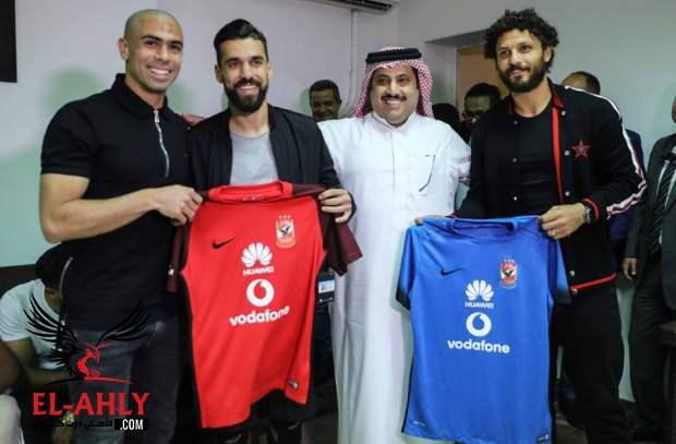 الأهلي غيّر قميصه الرسمي؟ صورة تركي آل الشيخ مع لاعبي الأهلي تثير الجدل