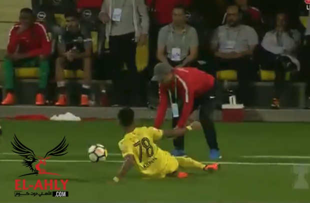 لاعب الوصل يصيب مدرب شباب الأهلي ويتعرض للطرد في مشهد غريب