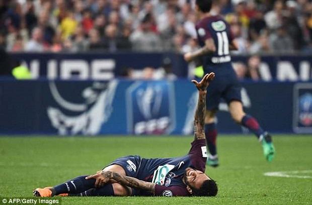 ألفيس بعد إصابته : شعرت بروحي تفارق جسدي، وأنتظر مونديال 2022