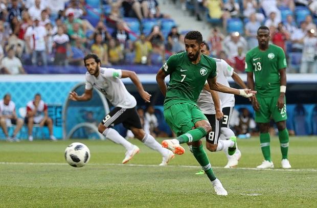 هدف مشبوه للسعودية بعد قرار غريب من الحكم .. والفيديو يستغرق أطول مدة منذ بداية البطولة