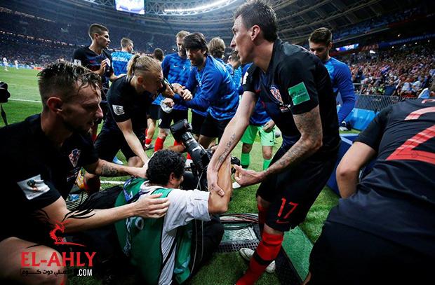 مصور يخطف الأضواء في احتفال جنوني للاعبي كرواتيا بهدف التأهل للنهائي