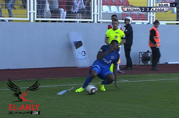 جمهور الفريق المنافس يعتدي على لاعب قاسم باشا داخل أرض الملعب في غياب تريزيجيه