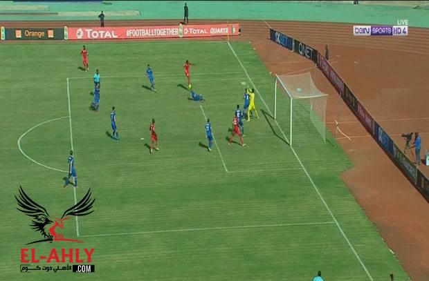 الشناوي يتصدى لتسديدة لاعب سيمبا من داخل منطقة جزاء الأهلي