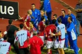 مشجع يقتحم الملعب وقذف البدلاء والمساعد أشار بالتسلل دون تراجع وتراشق مع الأمن !