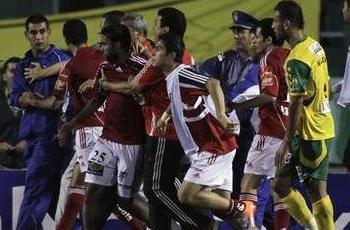 لاعبو الشبيبة يعتدون علي أحمد حسن وتراشق بين اللاعبين أمام غرف الملابس