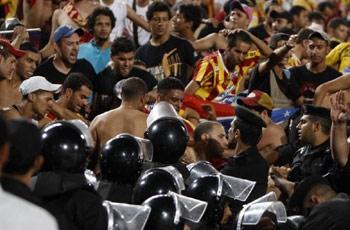 جماهير الترجي تبرح مجندين مصريين ضرباً وسط مدرجات ملعب القاهرة