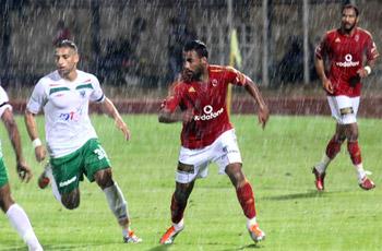 """مباراة الأمطار وتأبين """"الكاستن"""" وحضن ناجي لأمير في لقطات المصري"""