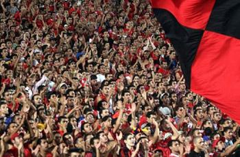 """عاجل: موقفها قانوني ..جماهير الأهلي تشجع فريقها """"غيابياً"""" من خارج الملعب"""