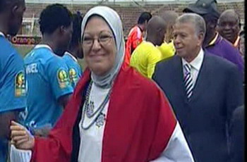 لماذا يسلم لاعبو صن شاين على هذه السيدة المصرية بهذه الطريقة الغريبة؟