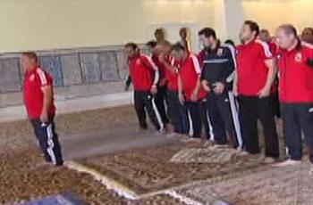 شاهد لاعبو الأهلي يؤدون صلاة الجمعة بتونس