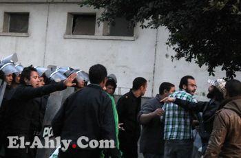 شاهد الصور الأولى لوقفة التراس أهلاوي أمام منزل وزير الداخلية