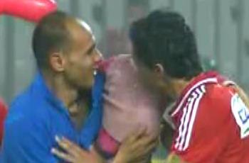 مشجع يقتحم الملعب بصحبة ابنته الصغيرة ليمنحها قبلة من بركات ويخرج!