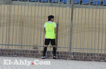 كسل لاعب البنرزتي يدفعه للتبول داخل الملعب بدلاً من السير 50 متر الى الحمام!