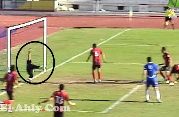 شاهد الكرة تتخطى المرمى والحكم يأمر ياستمرار اللعب