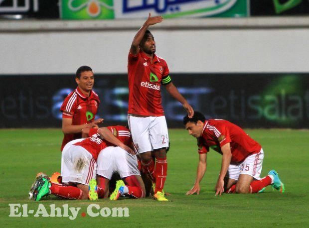 لاعبو الاهلى يحتفلون بحسام عاشور