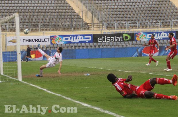 بيتر يحرز هدف الأهلي الأول بمساعدة مدافع الرجاء