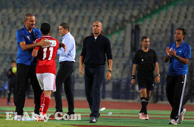 ما الفارق بين وائل جمعة مدافع الأهلي ومدير الكرة وأيهما أقرب للاعبين؟