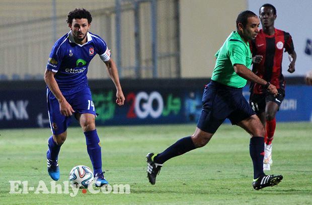 سمير محمود عثمان يتجاهل طرد لاعب الداخلية وينذر لاعب الأهلي!