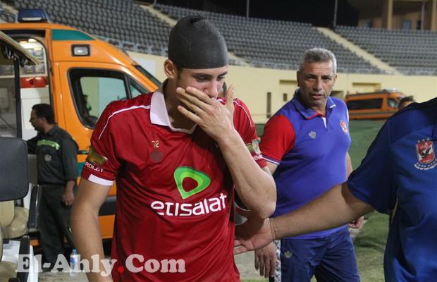 شاهد مغادرة رمضان صبحي بعد جراحة عاجلة في الملعب