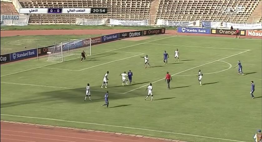 مؤمن زكريا يخترق دفاع الملعب ويهدر فرصة هدف