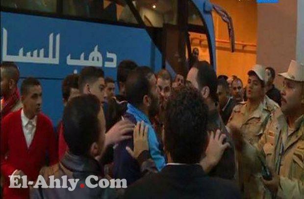 مشادة بين مشجع مع متعب ومؤمن عقب فوز الأهلي على أسوان