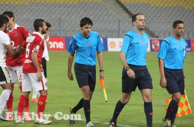 محمد الحنفي يقود مباراة الأهلي والشرطة بالدوري