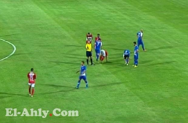 إصابة عبد الله السعيد بعد إصطدامه بحكم مباراة الأهلي وأسوان!