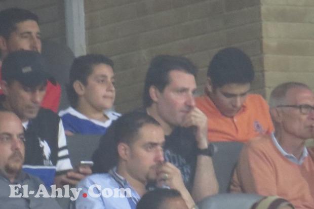 أسامه نبيه يحضر مباراة الأهلي والأمن يُبعد الجمهور من حوله