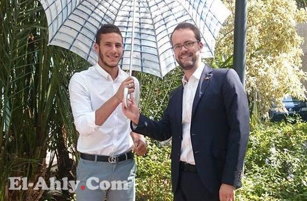 """رمضان صبحي يلحق بستوك سيتي في ألمانيا بصحبة """"شمسية دبلوماسية"""""""