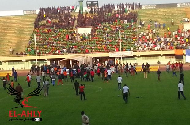 """في بوركينا فاسو .. شاهد إعتداء جماهير """"كاديوجو"""" على سعيود ورفاقه وإصابات بين اللاعبين"""