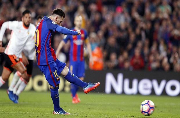 برشلونة يتخطى فالنسيا بصعوبة ويضيّق الخناق على ريال مدريد