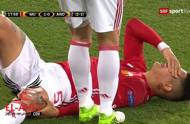 في لقطتين .. روخو يتعرض لاصابة قوية ويخرج من مباراة اليونايتد
